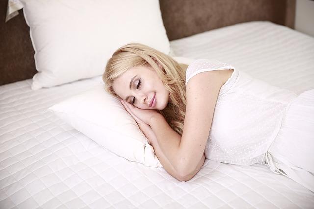 blondýna v posteli