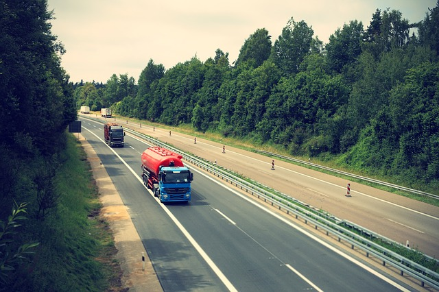 nákladní automobil na dálnici.jpg