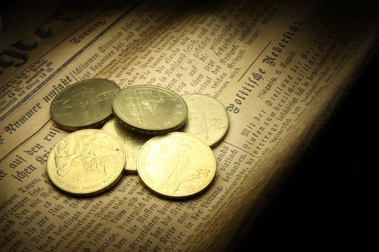 mince na novinách