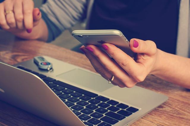 žena používající sociální sítě