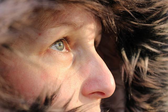 žena v kapuci