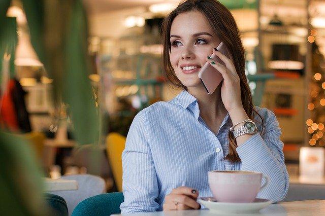 žena s mobilem, modrá košile